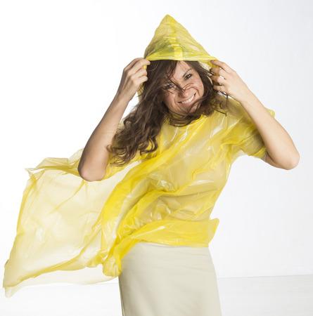 damp: Donna che indossa un poncho in condizioni di vento umido