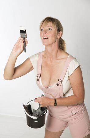 overol: Mujer usando ropa de celebraci�n de pincel