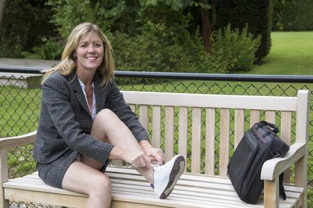 falda corta: Concepto de negocios poniendo en los zapatos para correr Foto de archivo