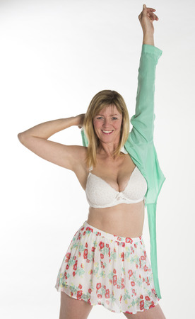 vistiendose: Mujer vestirse ponerse una camisa