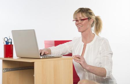secretaria sexy: Secretaria atractiva que trabaja en el escritorio Foto de archivo