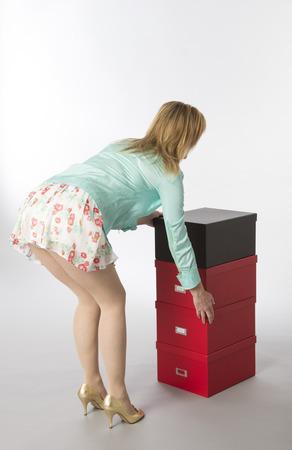 secretaria sexy: Empleado de oficina flexi�n y cajas m�viles