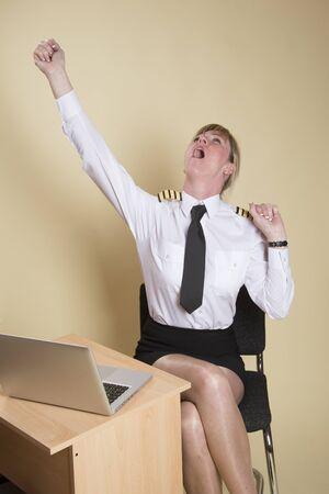 cansancio: Cansado piloto de línea aérea femenino que lleva las insignias de un capitán