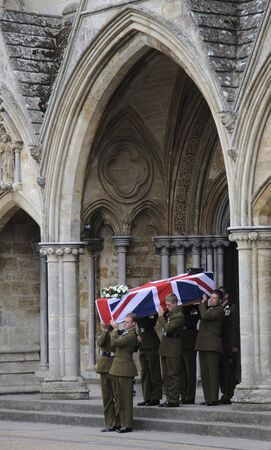 batallon: Ata�d funeral militar del Mayor Josh Bowman! St Batall�n The Royal Gurkha Rifles muertos en Afganist�n es llevado por compa�eros de Salisbury Cathedral Wiltshire Inglaterra
