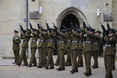 batallon: Partido de tiro militar se preparan para despedir a un mitin de disparos cuarto Batall�n Rifles Regimiento fuera Salisbury Cathedral Wiltshire Inglaterra