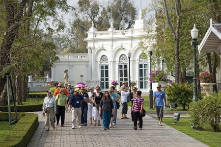Tour guide with a party of visitors at Bang Pa in Palace at Ayutthaya Thailand 에디토리얼
