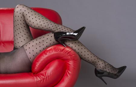 tacones rojos: La mujer llevaba negro manchado medias y tacones altos