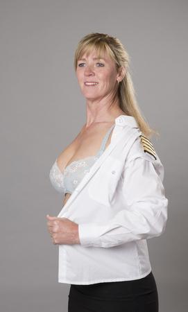 vistiendose: Oficial de la mujer vestirse en uniforme Foto de archivo