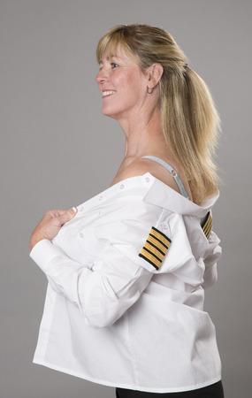 vistiendose: Oficial de la mujer vestirse en camisa de uniforme Foto de archivo