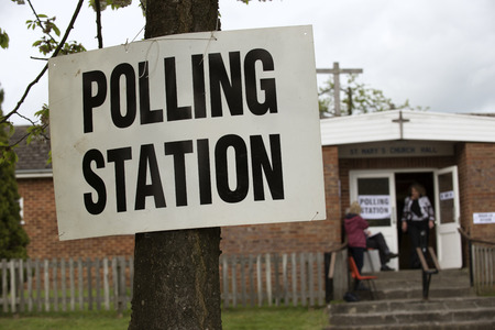 encuestando: Aviso Colegio electoral atado a un árbol en el día de las elecciones en el Reino Unido