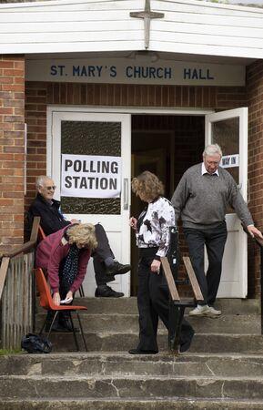 winchester: Gli elettori al seggio in St Pauls Church Hall in Kings Worthy Winchester Hampshire Inghilterra Regno Unito
