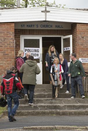 encuestando: Los votantes en el colegio electoral en St Pauls Church Hall en Kings Worthy Winchester Hampshire Inglaterra Reino Unido