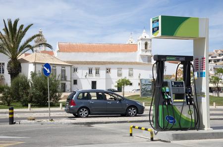 surtidor de gasolina: Surtidor de gasolina en la carretera en la hist�rica ciudad de Lagos Portugal