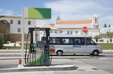 bomba de gasolina: Surtidor de gasolina en la carretera en la histórica ciudad de Lagos Portugal
