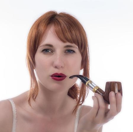 joven fumando: Retrato de una mujer joven que fuma un tubo electr�nico Foto de archivo