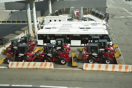 passenger buses: Nuevos equipos de limpieza de la nieve y de pasajeros autobuses en el aeropuerto JFK EE.UU.