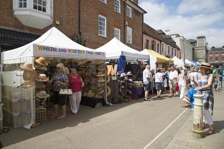 winchester: Commercianti del mercato on The Square Winchester Regno Unito durante l'annuale Fiera Hat