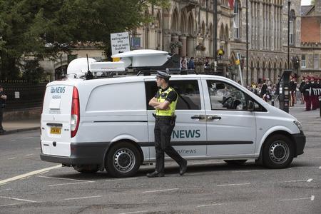 winchester: Televisione notizie van ottenere l'attenzione della polizia durante una parata militare a Winchester Regno Unito