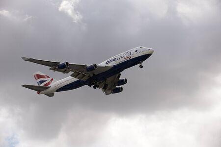 boeing 747: Boeing 747 jet preparing to land wheels down on final approach Editoriali
