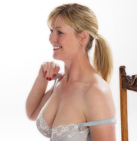 mujeres sentadas: Mujer de edad mediana correa de sujetador de ajuste