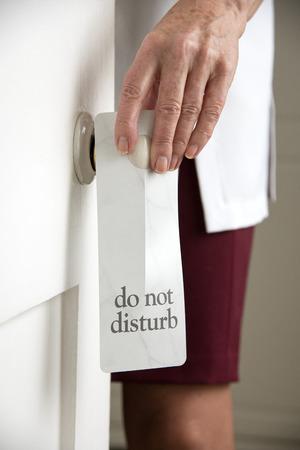 Niet storen bordje op de deurknop Stockfoto