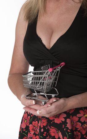 carro supermercado: Mujer que sostiene el pequeño carro de supermercado