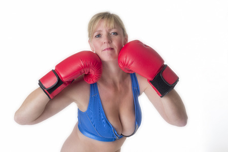 donne mature sexy: Ritratto di un pugile femmina in un reggiseno sportivo e guanti boxe rosso