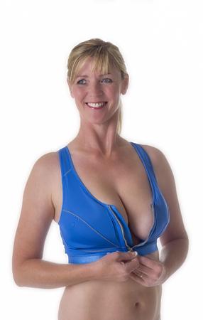 donne mature sexy: Donna che indossa un reggiseno sportivo blu Archivio Fotografico