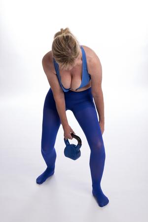 女性運動ジム ケトルベルの重量 写真素材