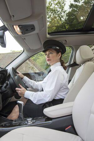 cinturon de seguridad: Mujer piloto profesional al volante de su veh�culo Foto de archivo