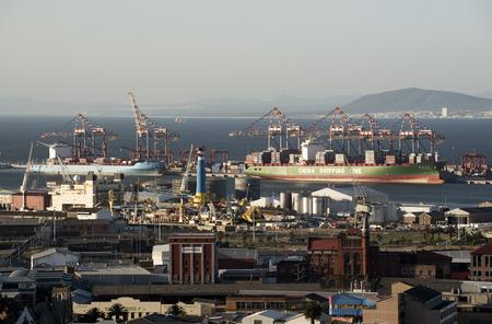 Containervervoer schepen langs de haven van Kaapstad Zuid-Afrika Redactioneel