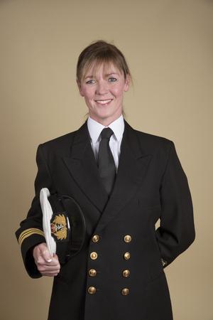 49108881-retrato-de-un-teniente-comandante-mujer-en-uniforme-y-la-celebraci%C3%B3n-de-su-sombrero-bajo-el-brazo.jpg