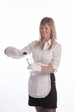 glas sekt: Kellnerin serviert ein Glas Sekt