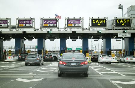 Toll Plaza en auto's te wachten door middel van Robert F. Kennedy Brug New York USA te passeren