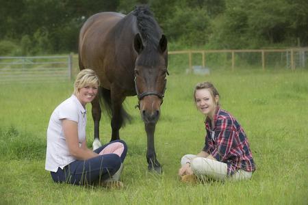 Jonge tiener meisje met haar pony en paardrijden instructeur Stockfoto