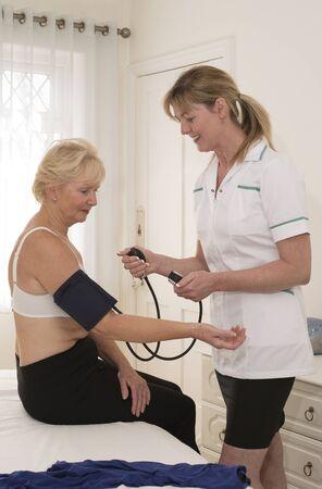 pacjent: Pielęgniarka Sprawdzanie ciśnienia krwi pacjenta
