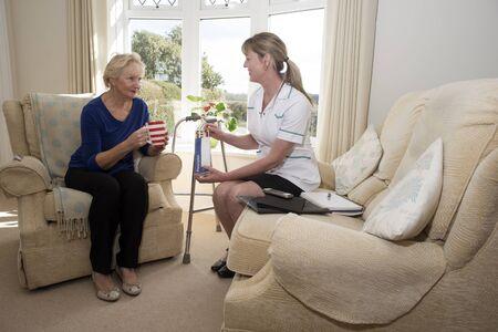 visitador medico: visitador m�dico con un paciente en una visita a la casa dando consejos sobre medicamentos con receta