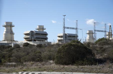 Kraftwerk Ankerlig AT ATLANTIS nördlich von Kapstadt SÜDAFRIKA - APRIL 2016 - Einer der fünf Gasturbinenanlagen im südlichen Afrika mit Erdgasantrieb Standard-Bild - 56386542