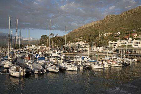 literas: GORDON'S BAY Western Cape Sudáfrica - ABRIL 2016 - Los amarres para embarcaciones privadas en el puerto en la Bahía de Gordon un lugar de vacaciones en el sur de África Occidental del Cabo Editorial