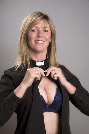 vistiendose: VICARIOS Y TARTAS mujer del partido en el traje de un vicario vestirse