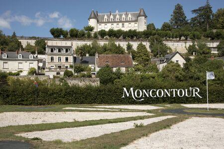 Regione Vouvray Valle della Loira Francia - Agosto 2016 - Chateau Moncontour domina il borgo di Vouvray nella regione della Loira della Francia Archivio Fotografico - 62652233