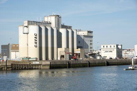 cooperativismo: Rochelle que el oeste de Francia - Agosto 2016 - Los silos de grano de CAVAC una cooperativa agrícola en el puerto de esta ciudad costera francesa Editorial