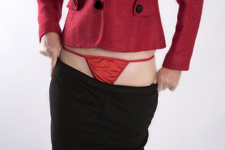 vistiendose: La mujer llevaba ropa de color rojo y negro, vestirse