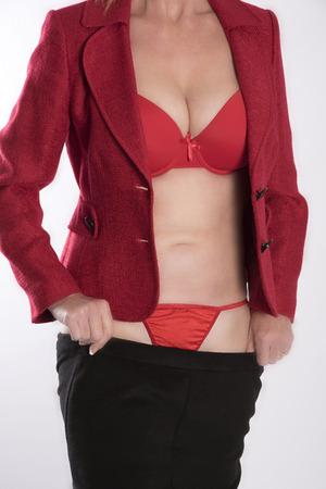 vistiendose: La mujer llevaba ropa de color rojo y negro de vestirse