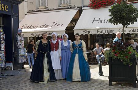 vestidos de epoca: Amboise Francia - Agosto 2016 - Para las mujeres en período traje que camina en el viejo centro de la ciudad de Amboise situado a lo largo del valle del Loira