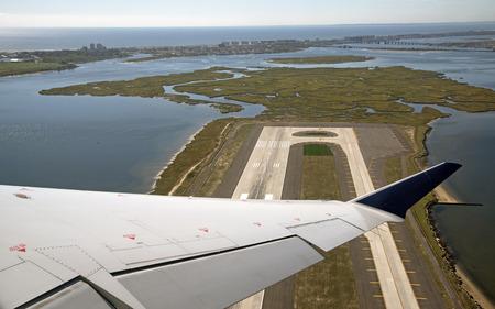 Mening van vliegtuigvleugel die over eind van een baan na het opstijgen oktober 2016 Stockfoto - 65596614