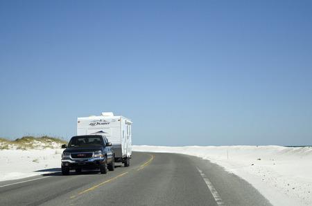 Pensacola Beach Florida USA - Ottobre 2016 - Veicolo che traina una carovana lungo un'autostrada della costa del Golfo Archivio Fotografico - 68081147
