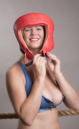 cabeza femenina: boxeador de sexo femenino que lleva un guardia de seguridad de la cabeza