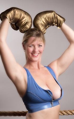 busty: boxeador de sexo femenino con guantes de boxeo de color oro