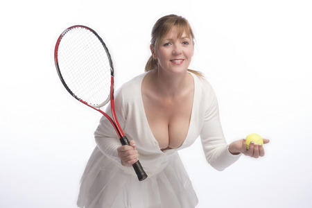 Middle aged female tennis player holding a raquet and yellow ball Imagens - 73185661